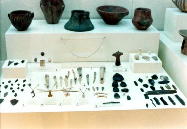 Προθήκη με ευρήματα της Νεολιθικής περιόδου από το σπήλαιο του Κίτσου © Β ΕΠΚΑ - ΤΑΠ