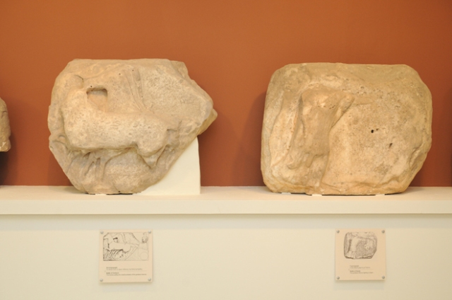 Ανάγλυφες πλάκες ζωφόρου ναού Ποσειδώνος Σουνίου. Αίθριο Μουσείου Λαυρίου. © Υπουργείο Πολιτισμού και Αθλητισμού